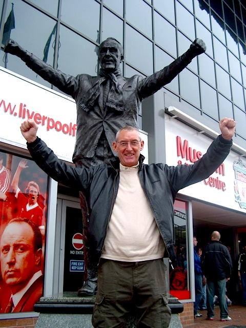 George à Anfield avec Shankly devant le KOP 2014